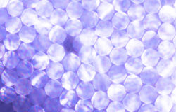 Fondo festivo de las luces metálicas púrpuras La Navidad abstracta centelleó fondo brillante con las luces de plata unfocused del Imagenes de archivo