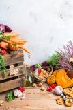 Fondo festivo decorativo de la acción de gracias del otoño de la caída con las verduras Foto de archivo libre de regalías
