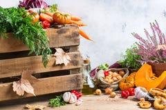 Fondo festivo decorativo de la acción de gracias del otoño de la caída con las verduras Imagenes de archivo
