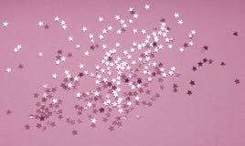Fondo festivo del confeti de plata de la estrella en fondo púrpura imagen de archivo libre de regalías