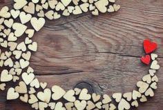 Fondo festivo del día de San Valentín, pila de corazón de la madera contrachapada imagen de archivo libre de regalías