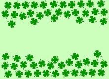 Fondo festivo del día del St Patricks - frontera lateral doble de quatrefoils verdes en el verde claro Foto de archivo