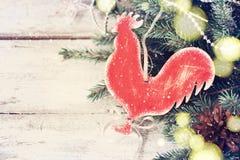 Fondo festivo del vintage de la Navidad con un gallo hecho en casa del juguete Fotos de archivo