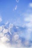 Fondo festivo delle luci di natale di scintillio argento e sky de f immagini stock libere da diritti