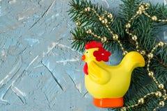 Fondo festivo di Natale con i rami dell'abete, le perle luminose e Fotografia Stock Libera da Diritti