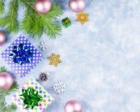 Fondo festivo di Natale con i rami dell'abete, simboli di Natale, presente, decorazioni variopinte, spazio della copia fotografia stock