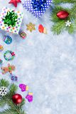Fondo festivo di Natale con i rami dell'abete, simboli di Natale, presente, decorazioni variopinte, spazio della copia fotografie stock