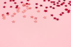 Fondo festivo di rosa pastello con i coriandoli metallici royalty illustrazione gratis