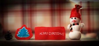 Fondo festivo juegue el muñeco de nieve y la Feliz Navidad de las palabras encendido Imagenes de archivo