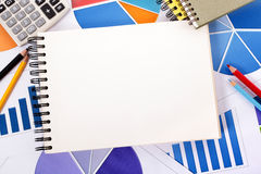 Fondo financiero con el cuaderno en blanco Imagen de archivo
