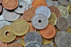 Fondo financiero que consiste en monedas de muchos países diferentes en la caja del metal foto de archivo libre de regalías