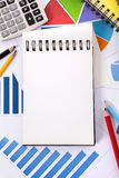Fondo finanziario con il blocco note in bianco Fotografie Stock