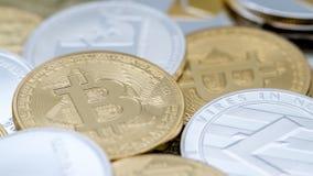 Fondo fisico differente di valuta del metallo moneta di cryptocurrency fotografia stock libera da diritti
