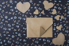 Fondo floral azul del corazón, sobre, letra de amor, confesión del ` s de la tarjeta del día de San Valentín foto de archivo