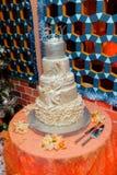 fondo floral blanco del interior del restaurante del pastel de bodas Imagen de archivo