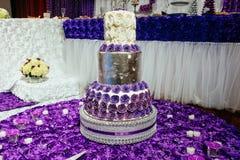 fondo floral blanco del interior del restaurante del pastel de bodas Fotografía de archivo