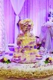 fondo floral blanco del interior del restaurante del pastel de bodas Fotos de archivo libres de regalías
