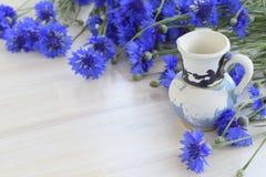 Fondo floral con las flores azules del aciano y del tornillo viejo Fotografía de archivo