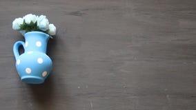 Fondo floral, flores en florero azul metrajes