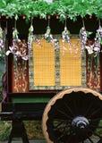 Fondo floral japonés de la decoración con una rueda y las flores fotos de archivo