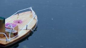 Fondo flotante Handcrafted de la superficie del agua del juguete de madera del barco almacen de metraje de vídeo