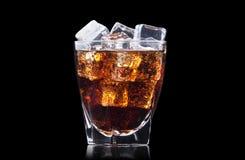 Fondo fresco de la bebida de la cola con hielo Imágenes de archivo libres de regalías