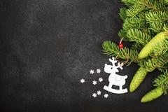 Fondo fresco del Año Nuevo del invierno con las ramas y los ciervos del abeto Foto de archivo libre de regalías