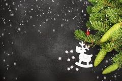 Fondo fresco del Año Nuevo del invierno con las ramas y los ciervos del abeto Imagenes de archivo