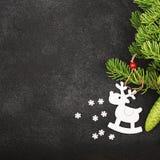 Fondo fresco del Año Nuevo del invierno con las ramas y los ciervos del abeto Imágenes de archivo libres de regalías