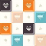 Fondo geométrico abstracto del modelo con los cuadrados coloridos, los corazones delicados y tres tréboles de la hoja Imagenes de archivo