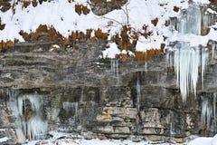 Fondo ghiacciato della parete rocciosa Immagini Stock