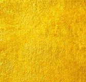 Fondo giallo brillante di struttura della stagnola di oro della foglia fotografia stock libera da diritti