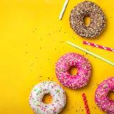 Fondo giallo del dessert con le varie guarnizioni di gomma piuma Fotografie Stock Libere da Diritti