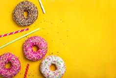 Fondo giallo del dessert con le varie guarnizioni di gomma piuma Fotografia Stock
