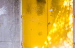 Fondo giallo della porta Immagine Stock