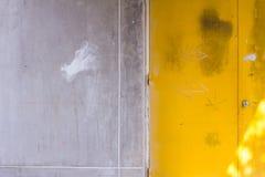 Fondo giallo della porta Immagini Stock