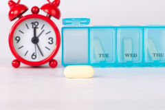 Fondo giallo di tempo della medicina e della compressa Fotografia Stock Libera da Diritti