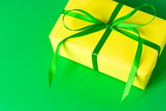 Fondo giallo di verde dell'arco del raso del contenitore di regalo Immagini Stock Libere da Diritti