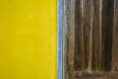 fondo giallo e di legno Fotografie Stock Libere da Diritti