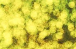 Fondo giallo pallido dell'estratto di scintillio del bokeh Modello della cartolina d'auguri di compleanno Immagini Stock