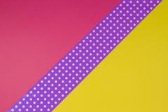 Fondo giallo, porpora e viola geometrico astratto della carta del pois Fotografia Stock