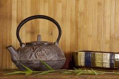 Fondo giapponese del bambù e della teiera. Fotografie Stock
