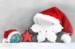 Fondo grigio di Natale con il cappello di Santa Nuovo anno felice Fotografie Stock Libere da Diritti