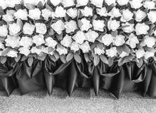 Fondo gris de la flor de la rosa artificial para su diseño fotografía de archivo