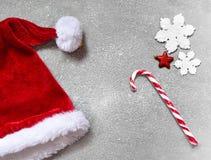 Fondo gris de la Navidad con el sombrero de Papá Noel Feliz Año Nuevo Foto de archivo