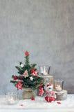 Fondo gris de la Navidad con las velas y el árbol Fotos de archivo libres de regalías