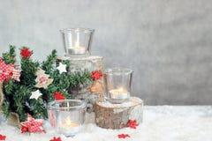 Fondo gris de la Navidad con las velas y el árbol Fotografía de archivo libre de regalías