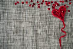 Fondo gris de la tarjeta del día de San Valentín con el corazón foto de archivo