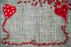 Fondo gris de la tarjeta del día de San Valentín con los corazones Foto de archivo libre de regalías