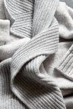 Fondo gris hecho a mano de la textura de las lanas que hace punto Fotos de archivo